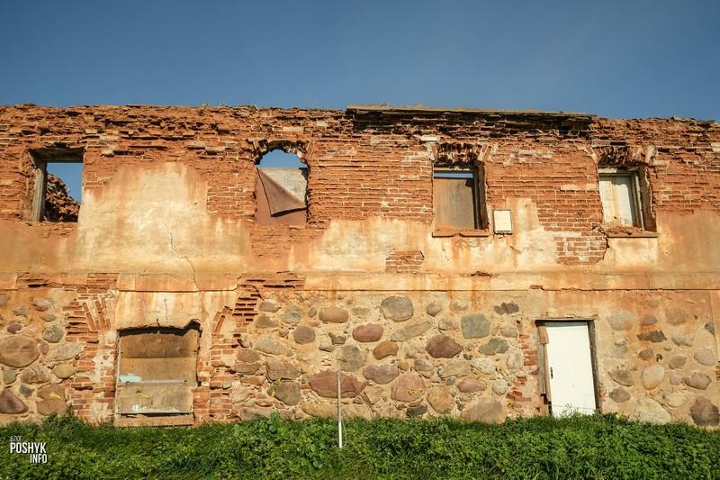 Усадьба Радзивиллов: руины бровара и амбара